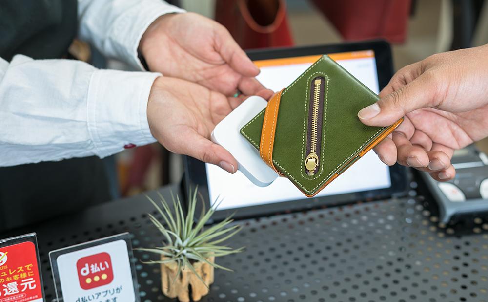 改札や支払い時にSuicaやカードを財布に入れたままでタッチする様子